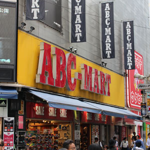 ABCマートは反落、上期営業利益3%増も物足りなさ