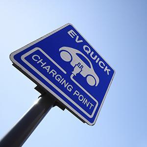 「電気自動車充電器」が24位にランク、EV普及の重要設備として注目<注目テーマ>
